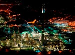 Imagen nocturna de la refinería de Petronor.