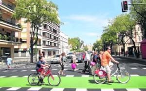Ciclistas y peatones cruzan por un paso de cebra de la ronda histórica.