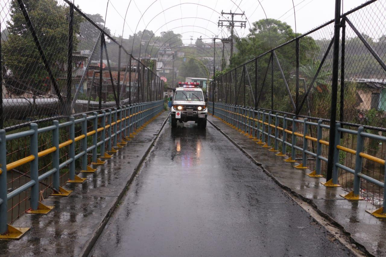 Fotografía: Cruz Roja Salvadoreña durante un recorrido en ríos y quebradas.