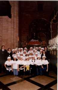 Cuadrilla de costaleras del año 2000 en su primera salida procesional