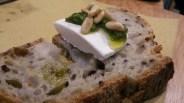 Pane a fermentazione spontanea con tomino e pesto di basilico