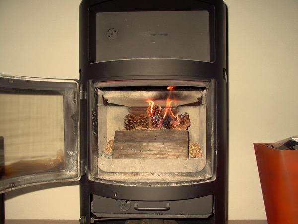 accensione stufa a legna con pellet senza fumo-13