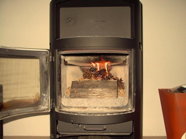 accensione stufa a legna con pellet senza fumo-14