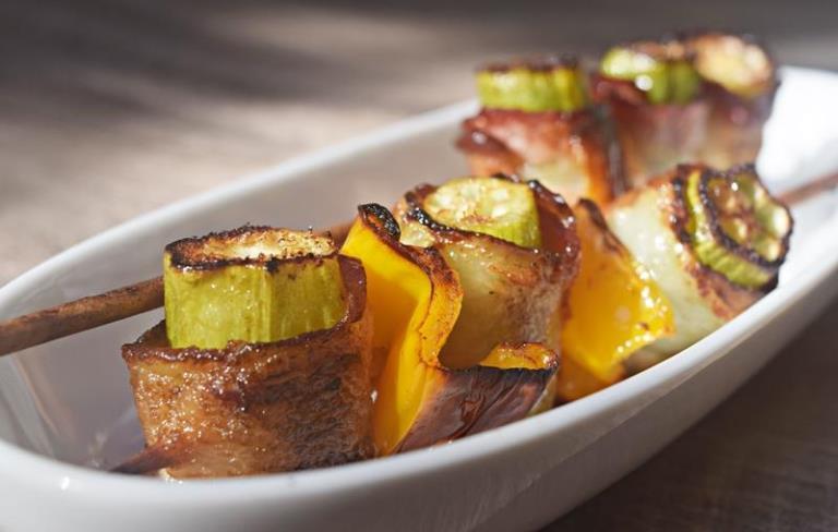 Espetinho de quiabo com bacon