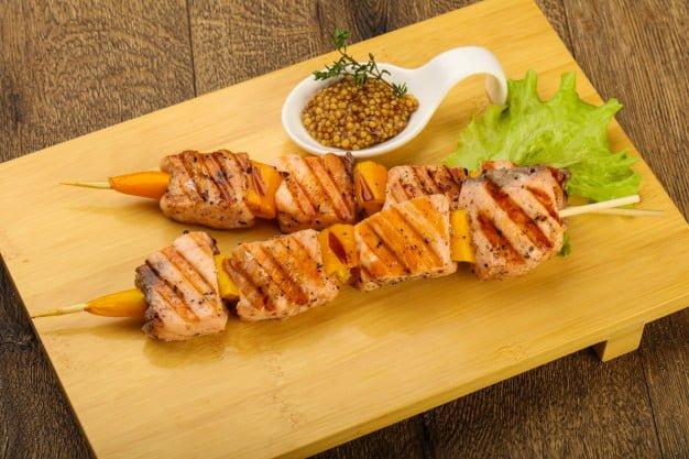 Espetinho de salmão são uma ótima opção para refeições ou tira gosto!