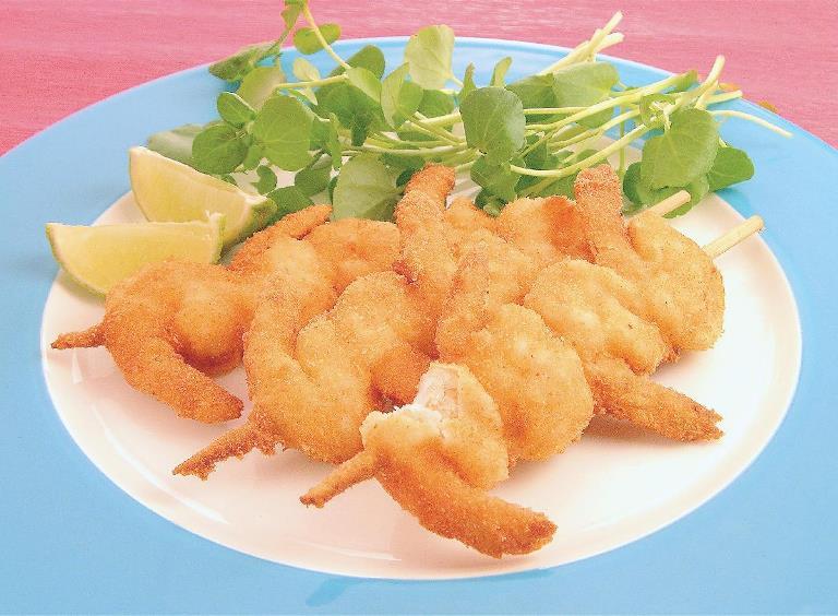 Espetinho de camarão empanado