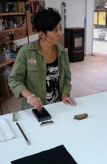 Chisato moliendo tinta