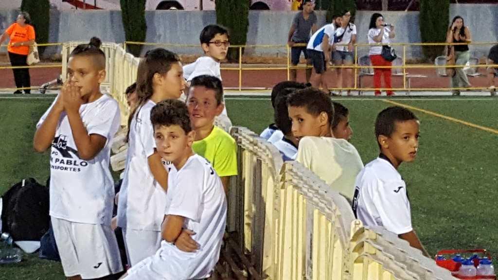 Jugadores de San Pablo y Selección Sáhara conversan | Foto: Paco Polit