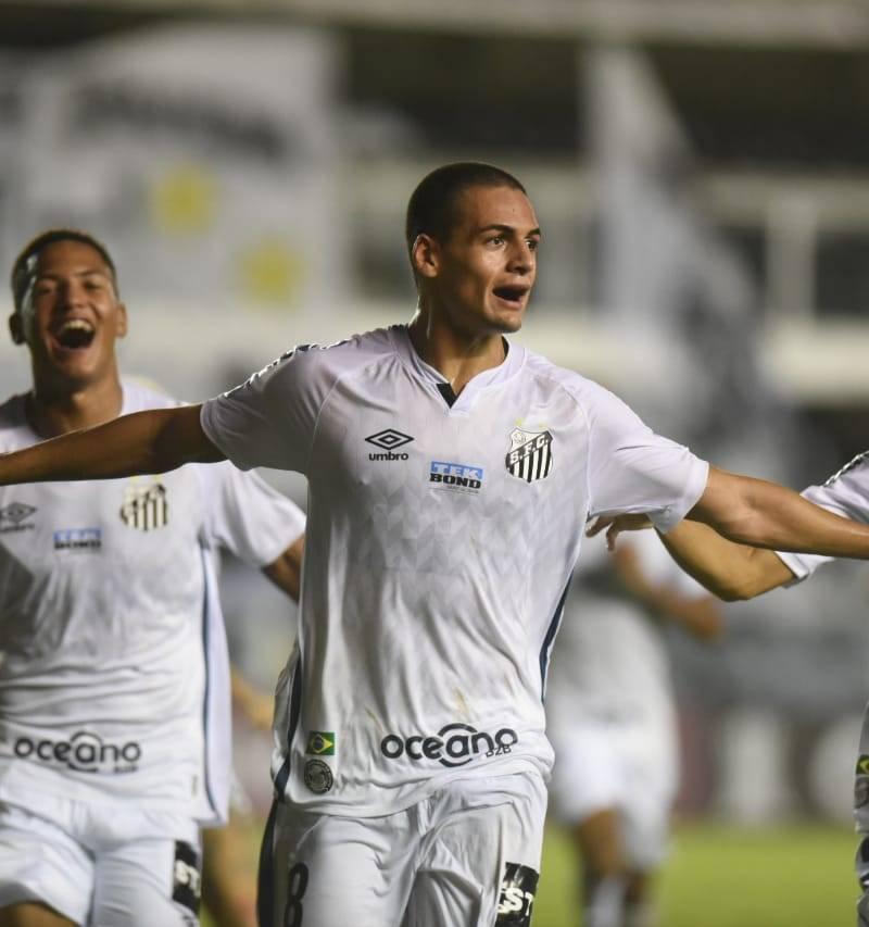 Kaiky, jogador do Santos, comemora gol da vitória contra o Deportivo Lara