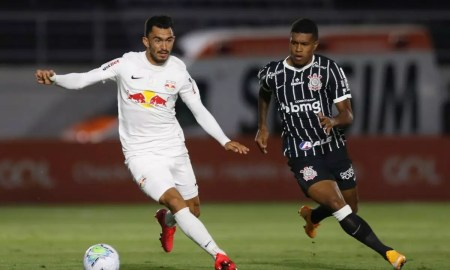 Raul em lance de jogo contra o Corinthians, em que a equipe não levou gols