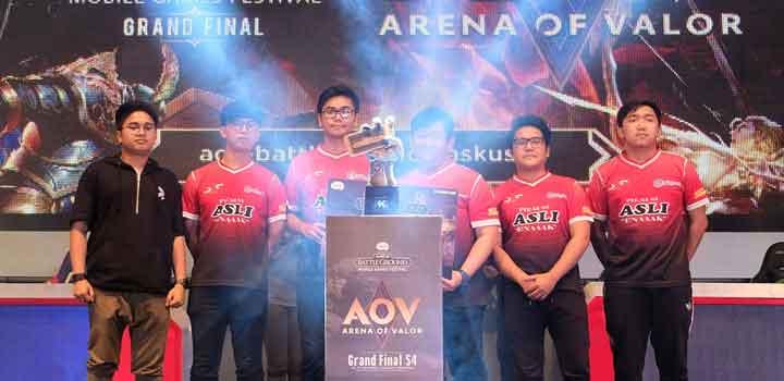 Tim SES ASLI ENAAAK Menerima Hadiah Simbolis Sebagai Juara 3 Final Season 4 KASKUS Battleground