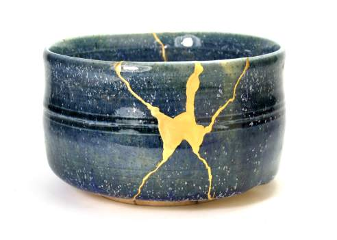 La force intense d'un Kintsugi réparé à l'or véritable