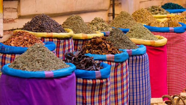 Sacs remplis d'épices sur un marché au Maroc