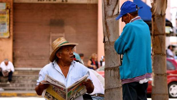 Deux mexicains dans une rue de Merida dans le Yucatan