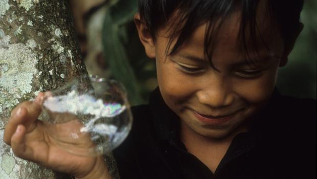 Enfant faisant des bulles
