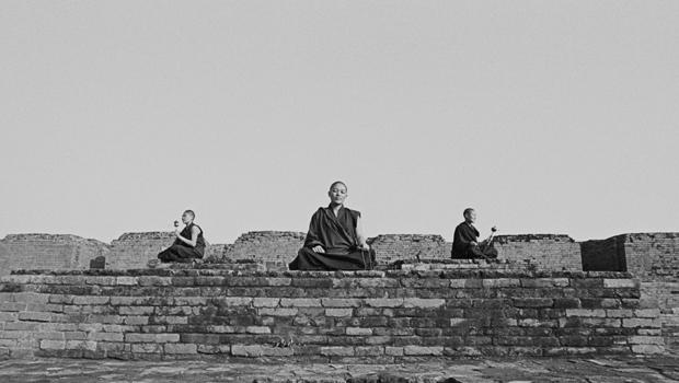 Trois moines tibétains en méditation