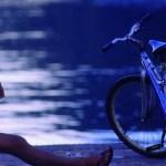 Enfant et son vélo dans la rue
