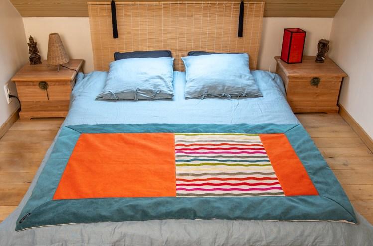 Plaid coloré Lin et velours couleurs Celtiques-Détail.Vue sur un lit