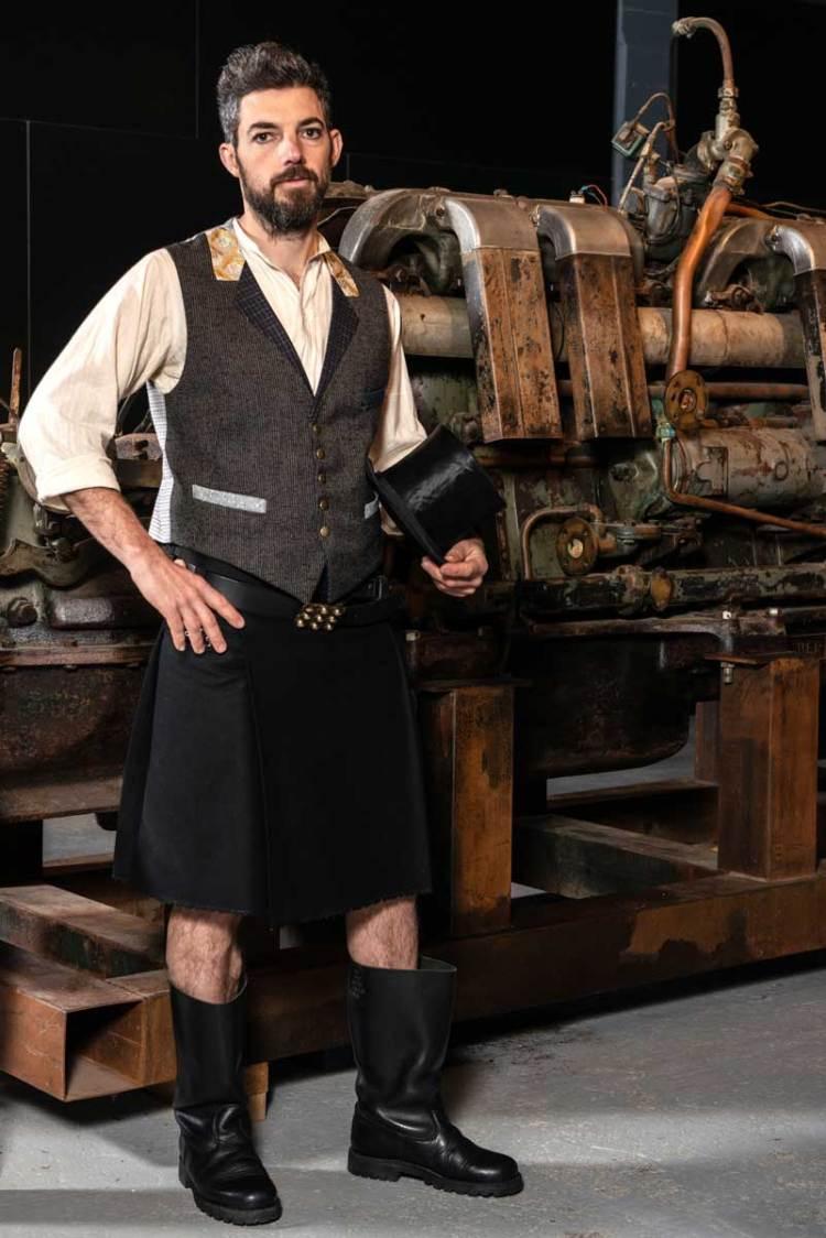 Gilet de costume homme porté avec kilt noir et ceinture avec boucle celtique