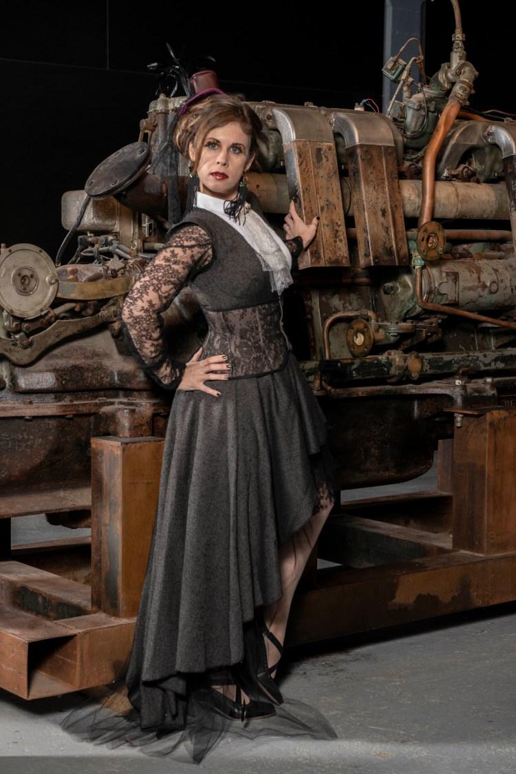 Arnaud Carette photographie les modèles portés des jupe et corset.