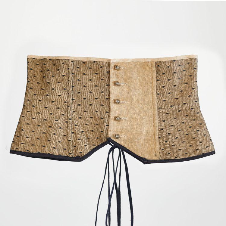 Crédit photo Arnaud Carette pour le corset serre taille doré en lin et plumetis