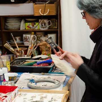 Muriel Bigot dans son Atelier MB Mosaïques