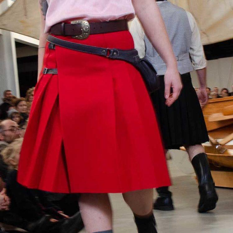 kilt rouge porté lors du défilé dans les voiles à Douarnenez
