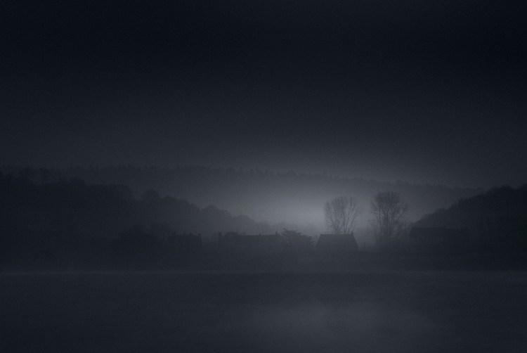Photographie L'Aube de Bretagne. Arnaud Carette signe ici une série de photographies influencée par le clair-obscur. Il joue avec les contrastes entre l'ombre et la lumière.