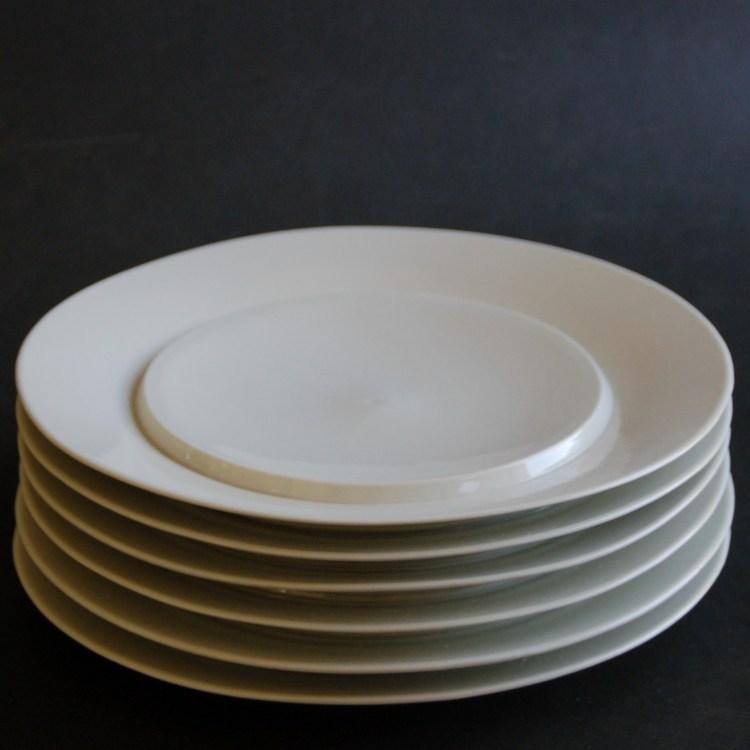 Assiettes blanches en pile