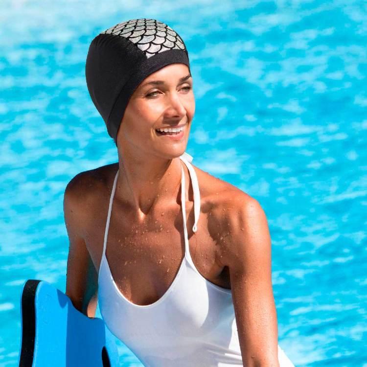 Bonnet de bain porté écailles argentées