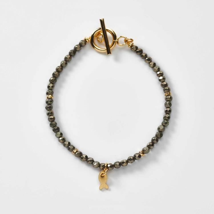 Bracelet de perles en pyrite naturelle et breloque petit poisson création l'atelier de sylvie