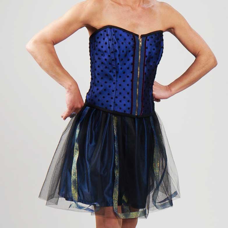 Bustier Soie Bleue et Plumetis Noir portée avec la jupe Angèle