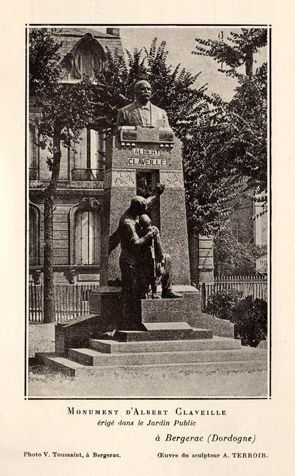 À l'origine, la statue de bronze est l'œuvre du sculpteur Alphonse Camille Terroir. En 1924, elle est érigée dans le Jardin Public de Bergerac. Enlevée par les Allemands en 1941, sa copie est réalisée par le sculpteur-modeleur bergeracois Jean Varoqueaux. Au pied de la stèle en granit, un ouvrier en salopette, musette posée à terre, montre en exemple à un enfant Albert Claveille, issu d'un milieu modeste et devenu sénateur et ministre de la République.