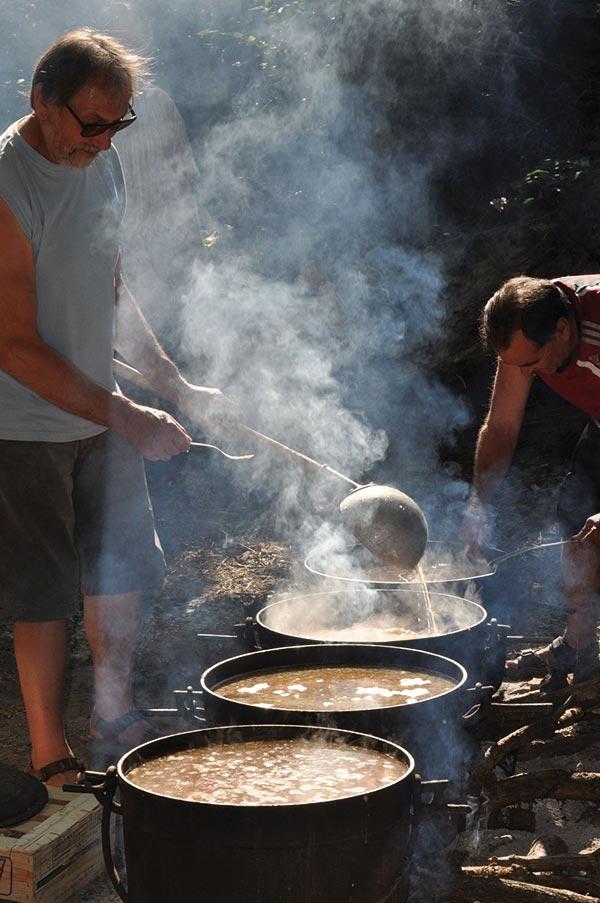 Fête de Laroqual : préparation de la soupe paysanne