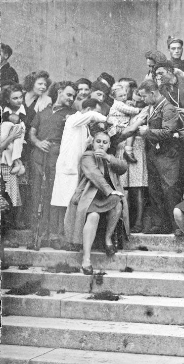 Tonte des « collaboratrices » sur les marches du palais de Justice de Bergerac, septembre 1944.
