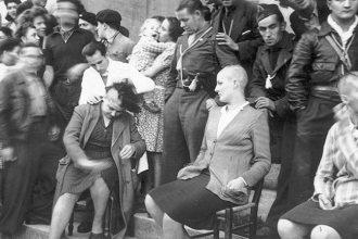 Le spectacle des tondues, exhibées en place publique de Bergerac, septembre 1944. Collection Bondier-Lecat.