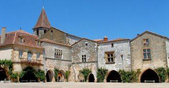 Monpazier-place-des-Cornieres