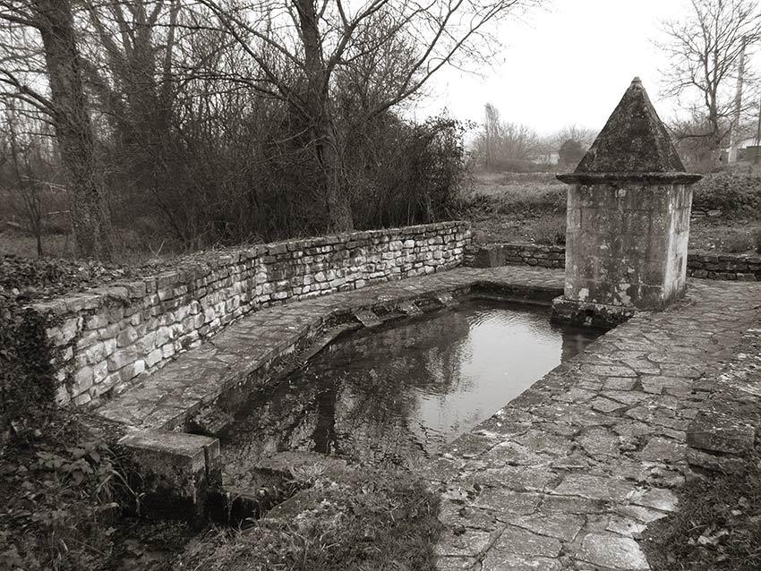 Lavoir et captage d'une source le long de la route menant à Fougères, Chapdeuil, Dordogne.