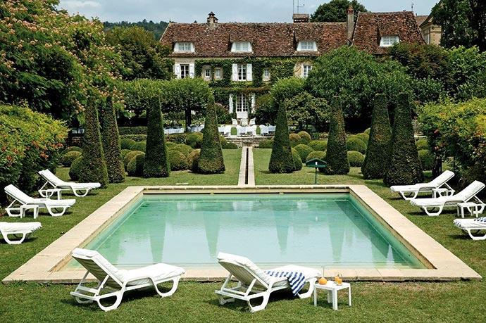 Le parc et la piscine du restaurant Le Vieux Logis