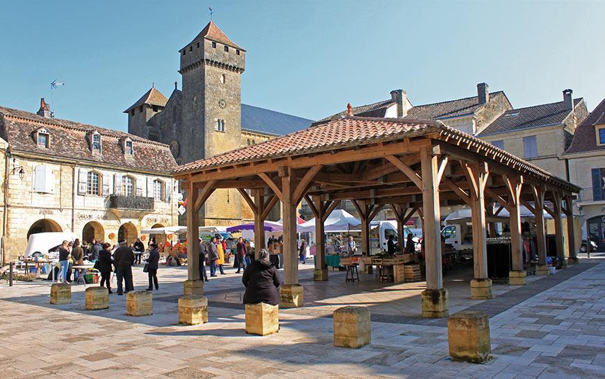 La place de Beaumont-du-Périgord et sa halle actuelle