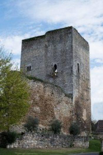 La tour du château de Clérans en Périgord