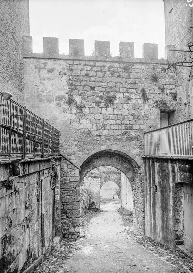 L'un des portes de la bastide de Beaumont-en-Périgord, 1937 © Galerie Bondier-Lecat