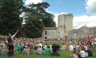 Eymet, bastide festive! Spectacle de fauconnerie avec le château en fond de scène, © Pierre Bacogne