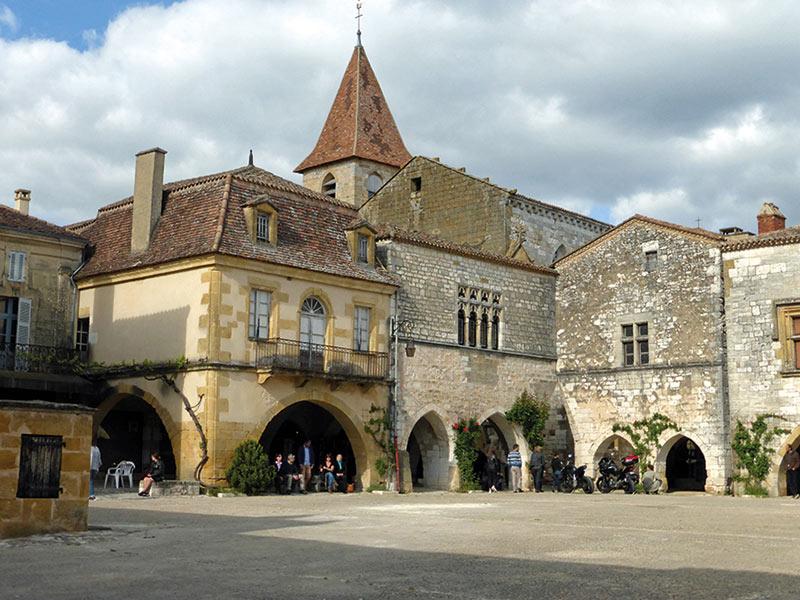 Bastide de Monpazier, Place des Cornières