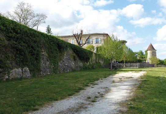 Mur d'enceinte et tour est de la bastide de Monpazier
