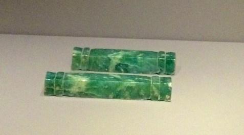 Paire d'ornements de Jade en forme de barre. 600-900apr. J.-C.