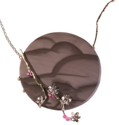 "Maison Beigbeder ""Sakura"" Collier Agate, Rubis, Saphirs roses, Or. ©MCM"