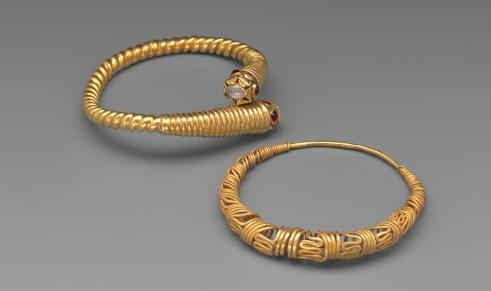 Bracelets Indonésie. Or, Pierres. Périodes Classique Ancien 700-1000. © Mauro Magliani / Collections Privées