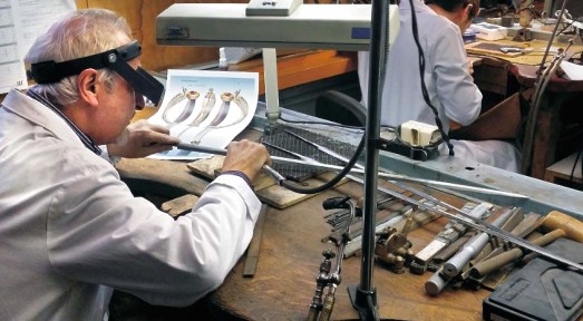 Atelier Arthus Bertrand pendant la réalisation de l'épée de Monsieur Pierre Laurens © Arthus Bertrand