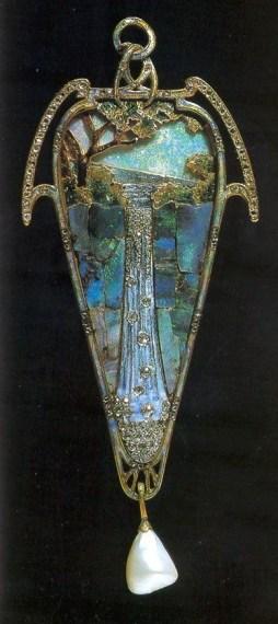 """Pendentif """"Cascade"""" Or, Émaux pique à jour, Opales,Diamants et Perle Baroque. Georges Fouquet d'après Mucha. Vers 1900"""